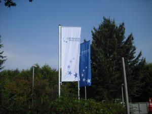 Hochformat-Fahne mit Galgenmast