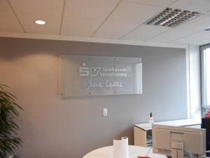 Firmenschild aus Glas mit Logo