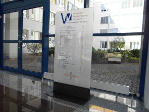 Werbestele aus Glas als Orientierungssystem