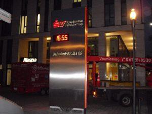 Werbepylon mit Zeitanzeige und Temperaturanzeige