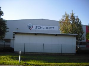 Fassadenwerbung mit Kunden-Logo