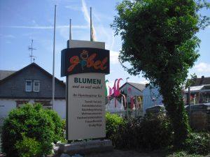 Werbepylon aus Aludibond mit Logo aus Plexiglas und Folie