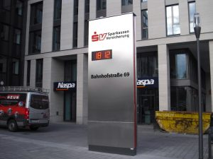 Werbepylon mit Temperaturanzeige und Logo aus Plexiglas