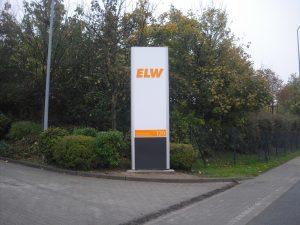 Werbepylon mit durchgestecktem Firmen-Logo aus Plexiglas