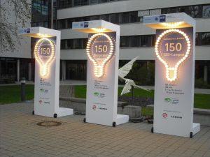 Werbeaufsteller mit Beleuchtung durch Glühbirnen